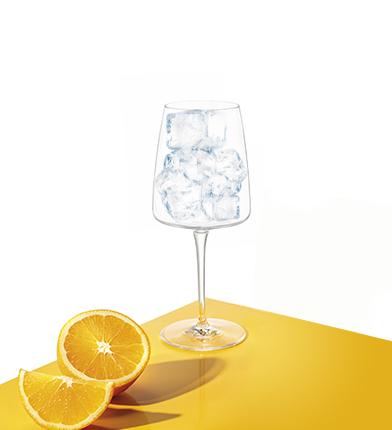 Eis in das Weinglas.
